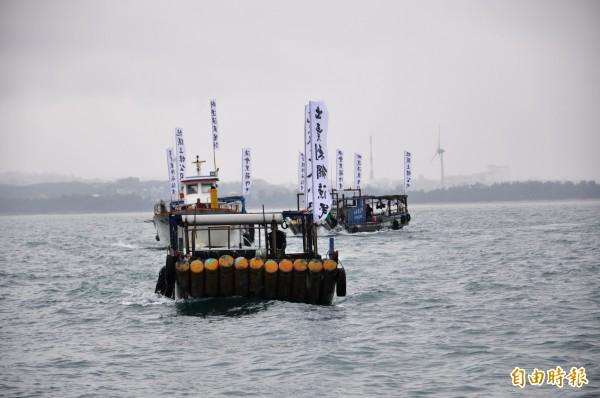 自救會集結30艘漁船出海抗議。(記者彭健禮攝)