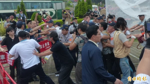 穿著米色背心的台聯青年軍抗議夏張會,現場與滋事分子拉扯,警方試圖化解衝突。(記者吳正庭攝)
