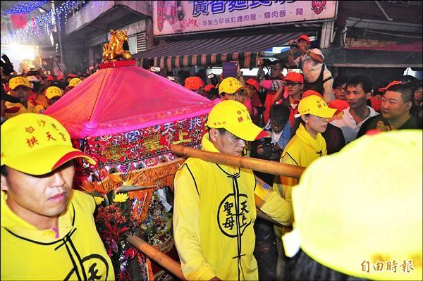 出發了!白沙屯拱天宮媽祖徒步前往北港進香。(記者蔡政珉攝)