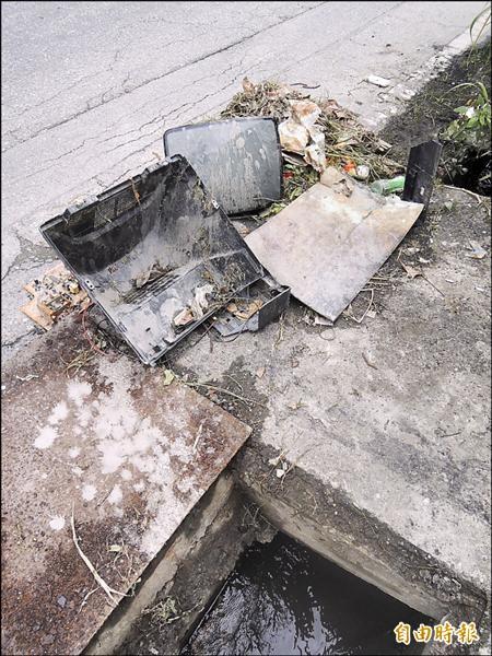 吉安鄉公所進行清溝作業,竟在水溝內清出電視機,完全阻礙水流。(記者王錦義攝)