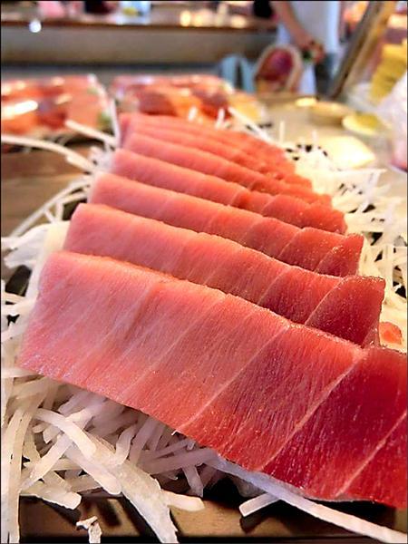 近來東港華僑市場黑鮪魚生魚片生意冷清清。(攤商提供)