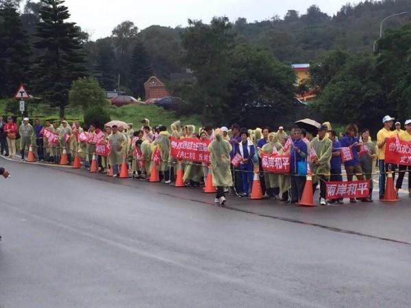 由中華愛國同心會、中華金門同鄉會等團體,也組成約200多人的支持隊伍,也在現場高舉歡迎布條。(圖片擷取自台灣團結聯盟臉書)