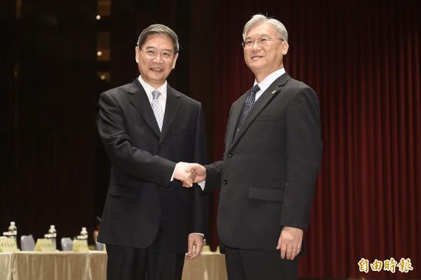 兩岸事務首長會議在金門登場,陸委會主委夏立言(右)與國台辦主任張志軍(左)在會前握手致意。(記者陳志曲攝)