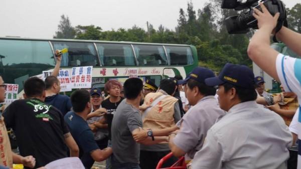 台聯稍早表示,有一位青年軍成員在抗議張志軍到訪時,被黑衣人打到骨折,多人受傷。(圖片擷取自台灣團結聯盟臉書)