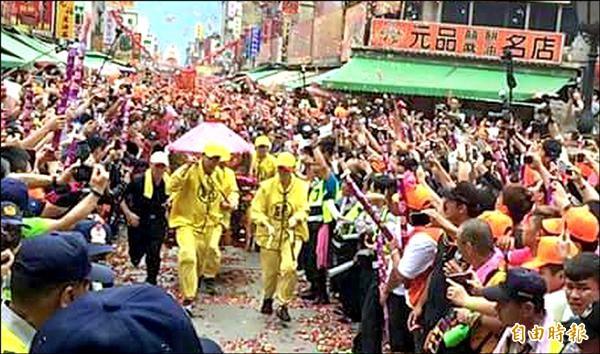 白沙屯媽昨日抵達北港朝天宮進香,廟前被信眾擠得水洩不通。(記者鄭旭凱攝)