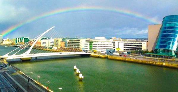 民眾見狀直呼「這是大自然之母慶祝愛爾蘭婚姻平等的最好方式!」(圖擷取自英國《都市報》)