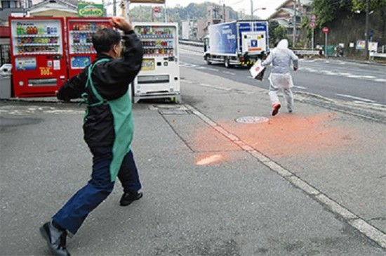 當球擊中嫌犯便會爆裂,亮橘色顏料潑上嫌犯一身。(圖擷取自《odditycentral》)