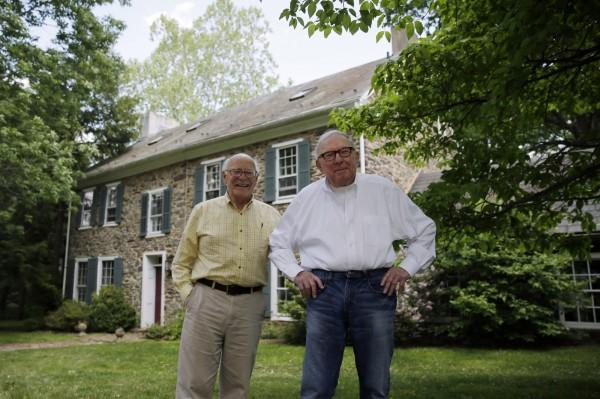 現年78歲的諾瓦克(圖左)於2000年領養了76歲的麥克阿瑟(圖右),維持彼此在法律上的權益。(美聯社)