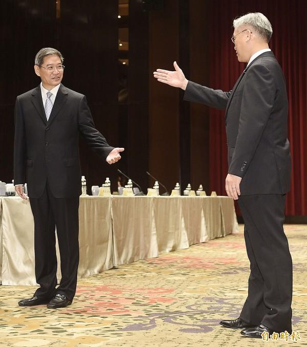 兩岸事務首長會議昨在金門登場,陸委會主委夏立言(右)與國台辦主任張志軍(左)在會前握手致意。(資料照,記者陳志曲攝)
