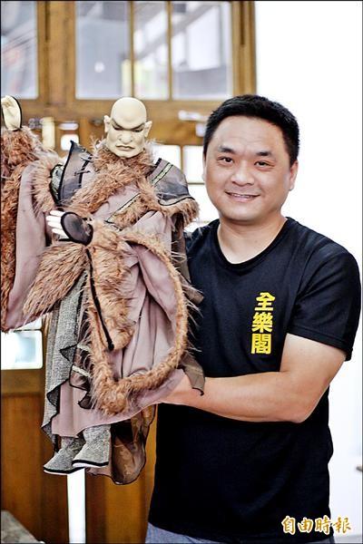 全樂閣木偶劇團團長鄭俊良手上拿著活靈活現的「凹鼻仙」。(記者邱芷柔攝)