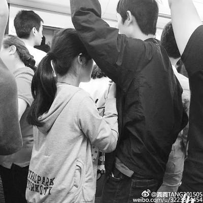 在武漢地鐵有年輕女子向男性乞討,若男子不理,則施展媚攻,摸胸摟腰樣樣來,極盡撒嬌能事。(圖片擷取自網路)