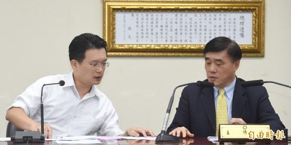國民黨副主席郝龍斌(右)及組發會主委蘇俊賓(左)今宣布總統初選連署結果,僅洪秀柱1人通過門檻完成登記,並決議啟動防磚條款。(記者劉信德攝)