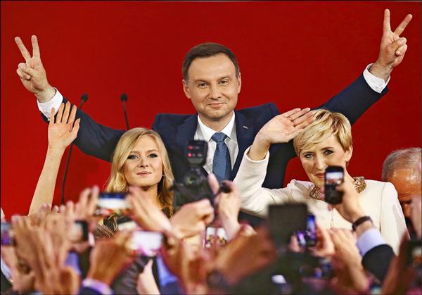 「法律正義黨」候選人杜達(Andrzej Duda)當選波蘭總統,偕妻女接受支持者歡呼。(路透)