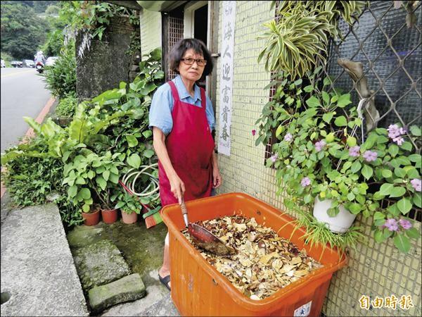 吳春向宜蘭頭城藥草店購買藥材熬煮礦工茶。(記者林欣漢攝)