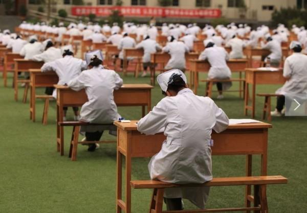這樣的考試模式,不止考驗誠信,也要學生對得起自己良心。(圖擷取自中國日報)