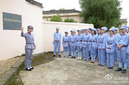 中國江西省贛州市則帶領導階層的配偶進入「廉政教育基地」參觀。(圖擷自微博)
