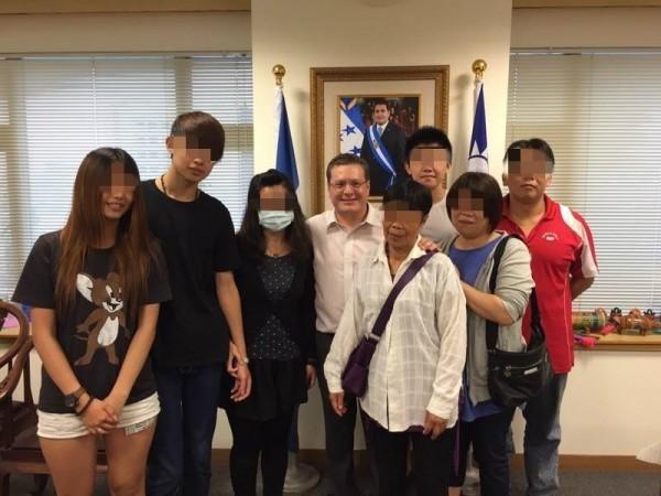 昨天下午郭姓少年一家人前往宏都拉斯大使館拜訪,宏使謝拉表示不索賠,每個人都會犯錯。(圖擷取自黃暐瀚臉書)