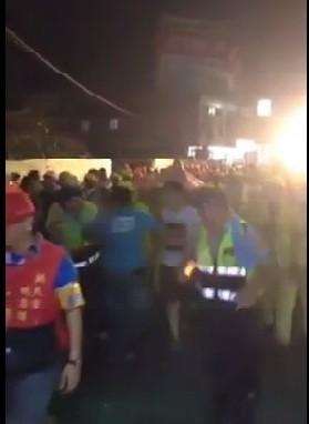 白沙屯媽祖昨晚行經秀水鄉,穿藍衣男子衝向鑾轎,並驚動員警。(翻攝網路)