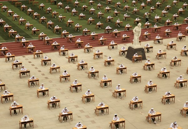 中國寶雞一間職校舉辦千人戶外畢業考試,沒有老師在場監考。(路透社)