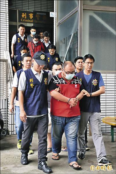 「山豬幫」在嘉義地區涉及多起暴力討債及恐嚇案,警方帶回12人偵訊。(記者吳世聰攝)