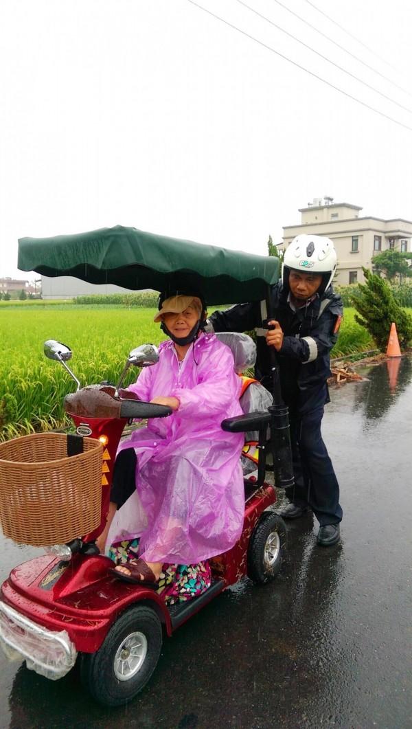 有愛心的新光派出所警員陳俊安,雨中推身障老婦回家。(記者陳鳳麗翻攝)