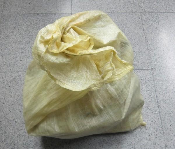 王嫌以大型尼龍袋裝偷來的資源回收物。(記者洪定宏翻攝)