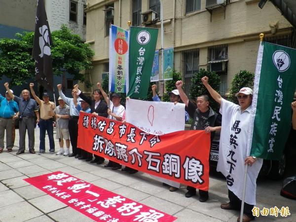 台灣民族黨等本土社團成員今天在基隆市政府前,籲請林右昌拆除蔣介石銅像(記者盧賢秀攝)