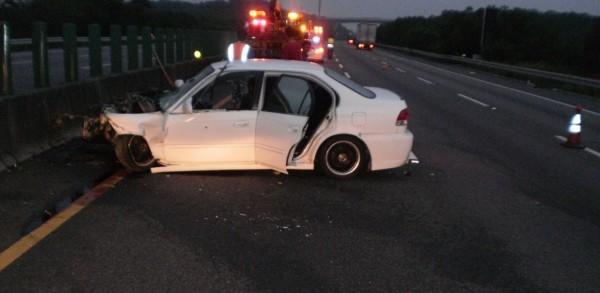曾男疑似追撞前方全聯結大貨車後,撞擊內側護欄傷重死亡。(記者彭健禮翻攝)