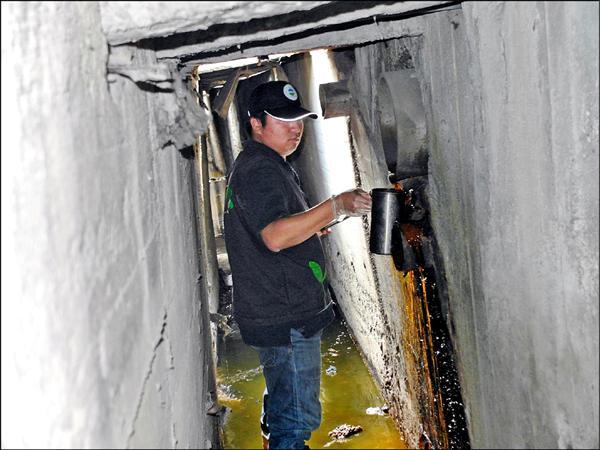 蘆竹區泰橋公司因電鍍槽體破裂,強酸性的鉻酸藥水流出廠外,污染南崁溪。(環保局提供)