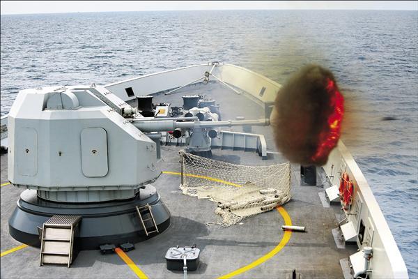 中國26日發表軍事戰略白皮書,中國國防部發言人楊宇軍表示,中國在南海島礁的建設,就如同在中國其他地方鋪路等每天開展的工程,既滿足必要的軍事防衛功能,也為各類民事需求服務,有利中方也有利國際社會。圖為新華社24日公布中國海軍玉林艦當天參加中國與新加坡「中新合作2015海上演習」。 (美聯社)