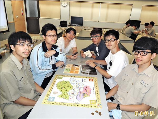 台南一中地理科老師與學生共創《前進府城》地理桌遊。(記者王俊忠攝)