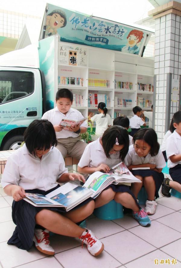 雲水書坊今日來到彰化縣水尾國小,下課鐘聲一響,學童紛紛借書閱讀。(記者陳冠備攝)