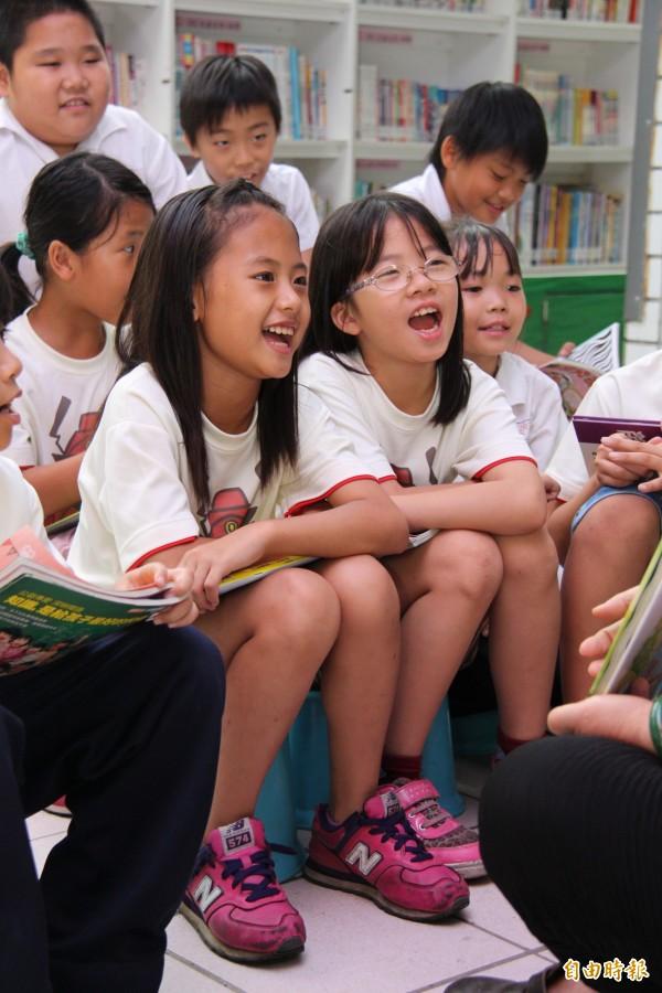 行動圖書館為偏遠小學帶來歡笑聲也帶來豐富的知識。(記者陳冠備攝)