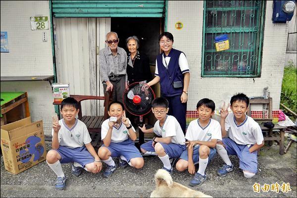 慈大附小學生把義賣得到的兩千元,買電扇、捕蚊燈送給水源村的九十多歲蘇姓夫婦,行善心得收進電子書。(記者花孟璟攝)