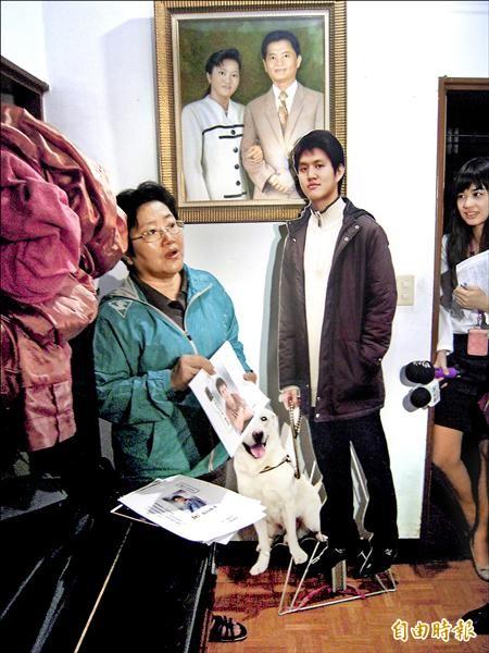 張博崴雙親為紀念兒子,製作張博崴牽著愛犬的人形立牌(右)放在臥室,感覺博崴並未離開。(記者陳恩惠攝)
