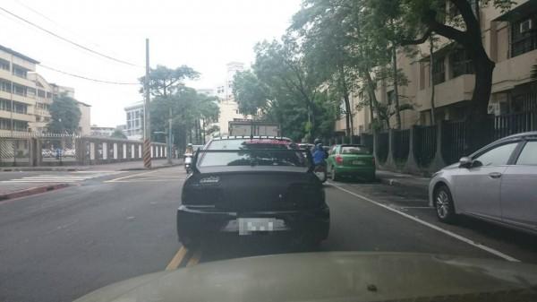 後擋風玻璃貼有「灣岸魔神」的改裝車出沒新北市板橋文德國小學區,連續圖一。(記者吳仁捷翻攝)