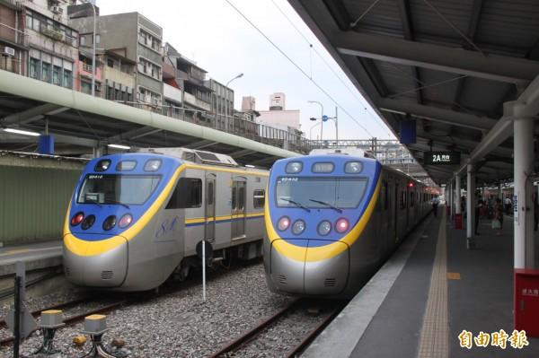 台鐵在中部及宜蘭增設悠遊卡刷卡機,未來西部路線從北到南都可以使用。(記者林欣漢攝)