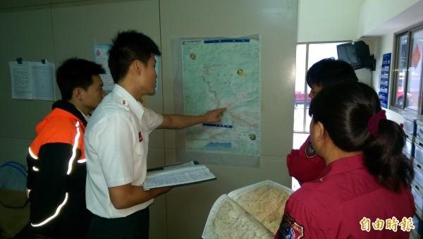 目前仁愛鄉干卓萬山還有失蹤登山客未尋獲,仁愛消防分隊隊員打起精神,進行路線分析研判,持續搜救。(記者佟振國攝)