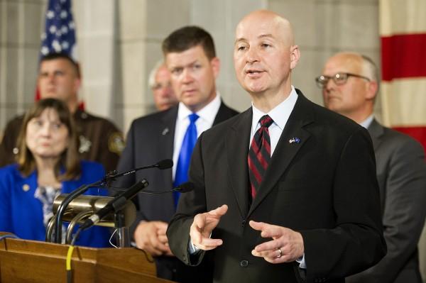 無視州長芮基茲(Pete Ricketts)(右二)否決,內布拉斯加州州議會27日通過廢除死刑。(美聯社)