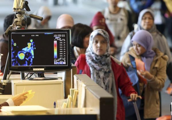 南韓目前有7名MERS確診病例,圖為中東旅客入境南韓仁川機場時的檢測情形。(美聯社)