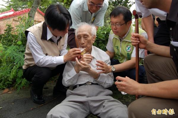 賴清德(左)餵吳政良(中)吃蛋糕。(記者楊金城攝)