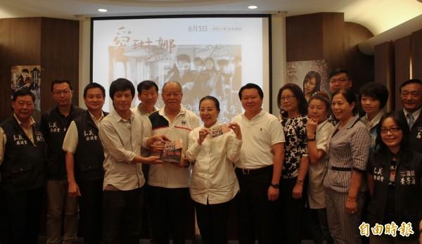 嘉義縣議會議長張明達(左六)購買5百張票贈給弱勢團體。(記者林宜樟攝)