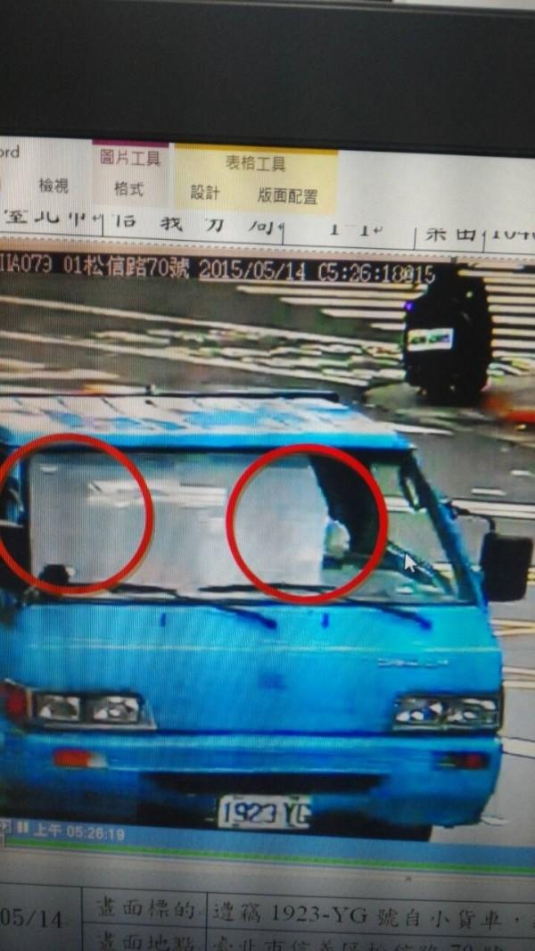 男子廖健良竊得小貨車時,被監視器錄下身影。(記者邱俊福翻攝)