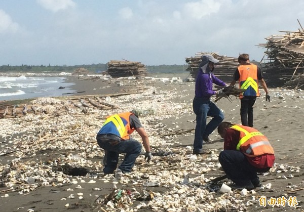 台南市環保局動員人力清理台南海岸保麗龍,預計需3天才能清理完畢。(記者蔡文居攝)