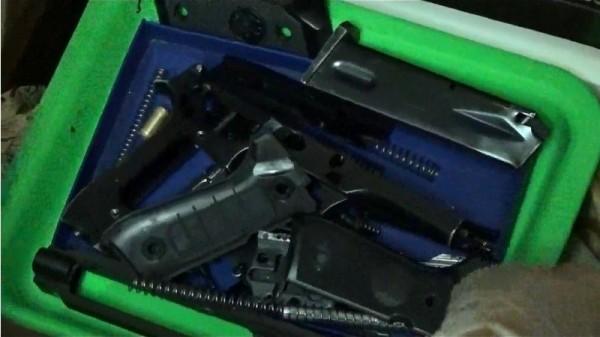 警方在陳嫌家中查獲一批改造槍械零件。(記者劉濱銓翻攝)