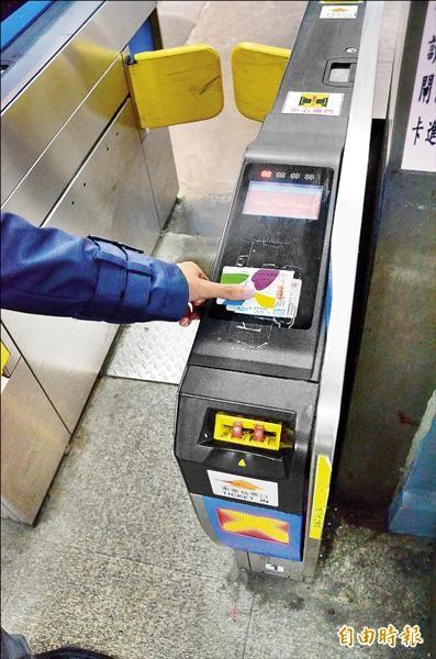 中部地區及宜蘭將於台鐵站加設共60做悠遊卡機。(資料照,記者王錦義攝)