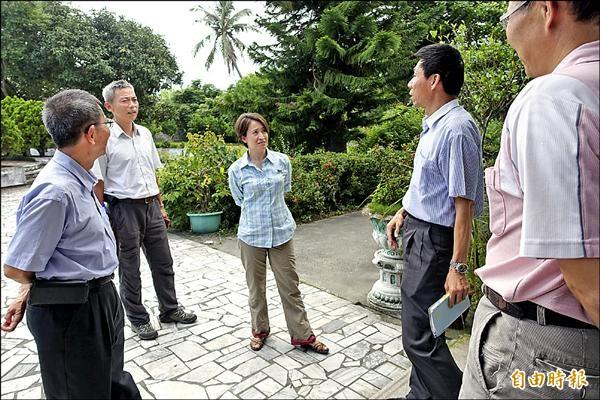 立委蕭美琴(中)近年深入花蓮數個有機農場,實際了解農民遇到的困難與問題。(記者王錦義攝)