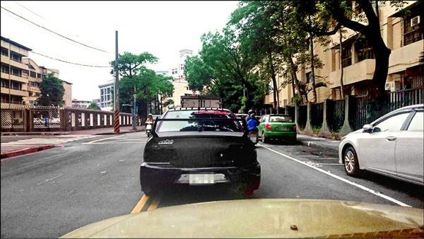 後擋風玻璃貼有「灣岸魔神」的改裝車出沒新北市板橋文德國小學區,狂飆違規嚇壞學童。(記者吳仁捷翻攝)