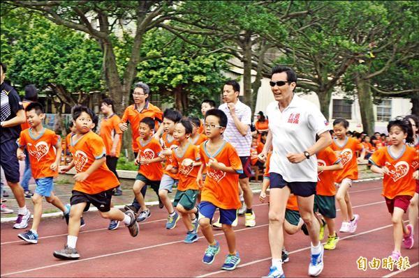 馬英九總統昨在桃園市新勢國小晨跑三千公尺,校方讓一百五十個學童輪流陪跑。(記者林近攝)