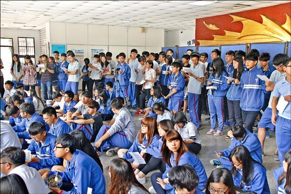 中和高中「反黑箱課綱學生陣線」開說明會,吸引大批學生聆聽。(學生提供)